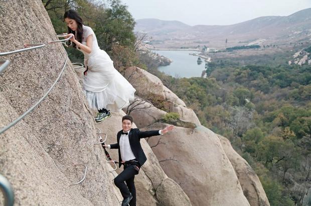 Vì không muốn có những bức ảnh truyền thống như bao người, đôi vợ chồng trẻ đã quyết định mạo hiểm một lần để có bộ ảnh cưới để đời.
