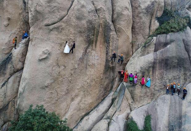 """Địa điểm mà cặp đôi này lựa chọn để lưu lại khoảnh khắc hạnh phúc là dãy núi Chaya, tại tỉnh Hà Nam. Bộ ảnh được thực hiện vào đúng ngày lễ độc thân, 11/11 tại Trung Quốc. Đây còn là """"ngày đại hội mua sắm"""" với những chương trình khuyến mãi lớn nhất trong năm."""
