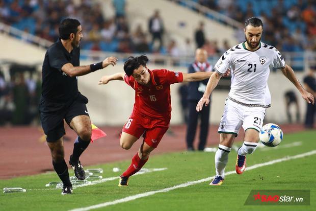 """Trước một đối thủ có thể hình lý tưởng và toàn """"hàng xịn"""" đang thi đấu tại châu Âu, các cầu thủ áo đỏ thi đấu có phần yếu thế hơn. Đặc biệt trong các tình huống tranh chấp tay đôi."""