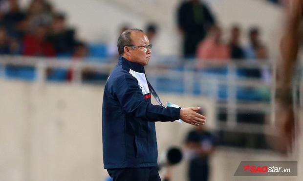 Công Phượng nhận được một cái ôm thắm thiết từ ông thầy người Hàn ngay sau khi rời sân. Ông Park cho biết mình ôm học trò không phải để làm màu, mà vì ông coi cầu thủ như con mình.