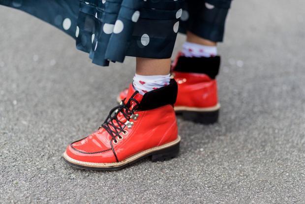 Chỉ là chi tiết rất nhỏ thôi nhưng cho thấy sự công phu và tỉ mỉ của người mix đồ. Một vài chấm hình trái tim cùng màu với đôi giày đỏ khiến tổng thể trang phục nhìn chỉn chu hơn.