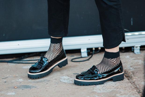 Nếu muốn bắt mắt hơn, có thể chọn những đôi tất lưới, kết hợp với giầy bệt…