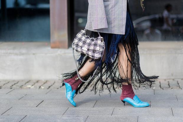 Váy tua rua điệu đà kết hợp cùng hai màu xanh đỏ trở nên bắt mắt hơn bao giờ hết.