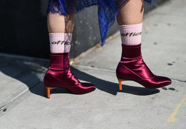 Đôi tất tone hồng nhạt đã làm cho đôi giày màu hồng tím đậm nhìn hay ho hơn rất nhiều. Tất cao cổ đang thực sự chiếm ưu thế trong thời trang hiện nay.
