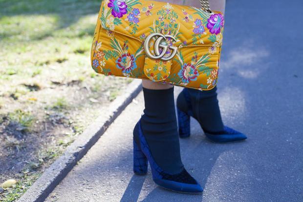 Tât cao cổ kết hợp với giày cùng tone màu tối nhìn không nhàm chán nhưng vẫn tạo được vẻ thanh lịch.