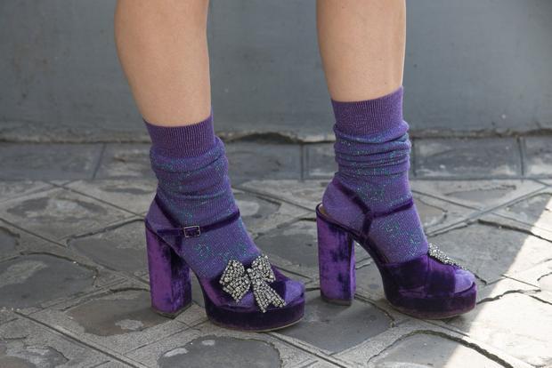 Sandal tím kết hợp với tất ánh kim tím đảm bảo cho phần nhìn nổi bật.