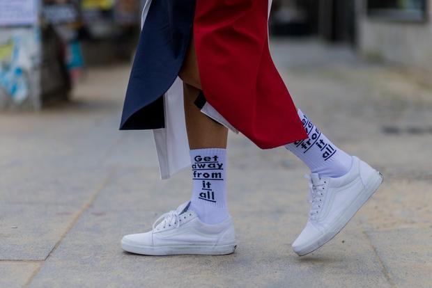 Một đôi sneaker trắng với đôi tất trắng và tuyên ngôn chất lừ như thế kia thì đương nhiên là đẹp không cần gì phải bàn cãi. Sneaker không chỉ kết hợp được với tất ngắn cổ mà tất cao cổ như thế kia nhìn cũng rất ưng mắt.