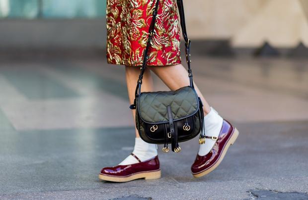 Tất trắng thật ra là rất dễ để kết hợp với giầy. Một đôi giày màu đỏ đun sẽ rất xinh khi kết hợp cùng đôi tất trắng cao cổ.