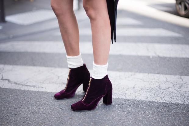 Hoặc một đôi giày cao gót tím đậm như thế này.