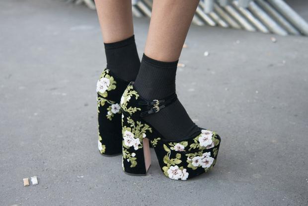 Hay như đôi giày hoa và tất đen được phối rất sang trọng.
