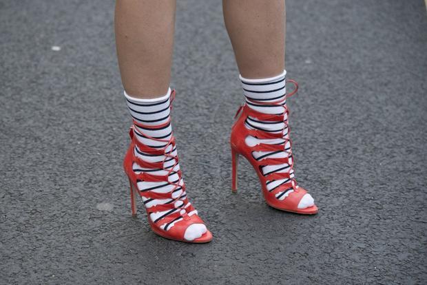 Sandal dây đan kết hợp với tất sọc ngang tạo hiệu ứng hình học thích mắt.