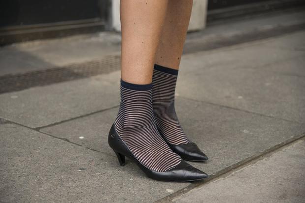 """Một đôi cao gót nhìn cổ điển như """"giầy của mẹ"""" nhưng khi kết hợp với tất tối màu kẻ ngang nhìn đã hiện đại hơn rất nhiều."""