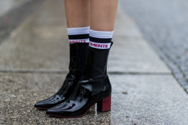 Ankle boot kết hợp với Vetements cao cổ với dòng chữ màu đỏ match với đế giày nhìn rất ổn.