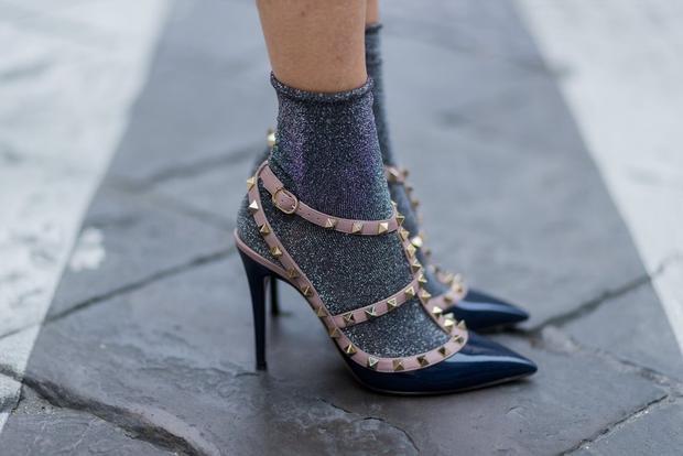 """Nếu muốn """"lộ tất"""" tuyệt đối, bạn hãy kết hợp với sandal hoặc giày cao gót. Tất ánh kim kết hợp với giày đôi Valentino kinh điển đã tạo sự mới mẻ, cuốn hút."""