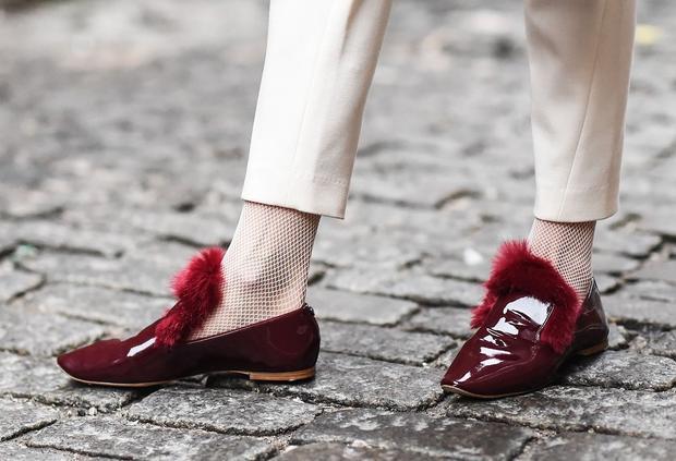 Tất lưới màu trắng match với màu quần, kết hợp với loafer màu đỏ đun tuy đơn giản nhưng không kém phần trendy.