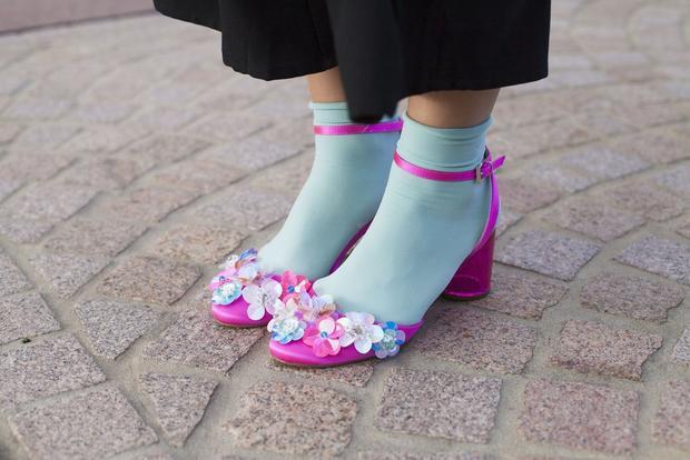 Kiểu mix hai màu đối lập hoàn toàn xanh - hồng này phù hợp với những cô nàng ưa phá cách. Tuy nhiên, cũng nên biết tiết chế bằng cách chọn trang phục tông màu tối.