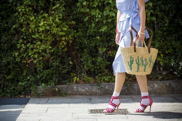 Đôi giày cao gót hồng được cao tay phối với tất trắng làm phần nhìn trở nên nổi bật hơn.