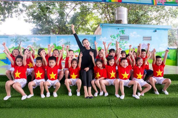 Song song đó, Phạm Hương cũng đã đến thăm một trường mầm non trên địa bàn. Cô được các giáo viên và học sinh vui vẻ tiếp đón.