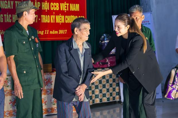 Sáng 13/11, Hoa hậu Phạm Hương tham dự buổi lễ kỉ niệm 28 năm thành lập hội Cựu chiến binh tại huyện Đông Anh (Hà Nội).