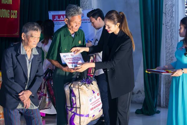 Tại đây, cô trao tặng nhiều phần quà ý nghĩa cho các gia đình thương binh có hoàn cảnh đặc biệt khó khăn trên địa bàn. Mỗi phần quà bao gồm tiền mặt, chăn ấm và những nhu yếu phẩm khác.