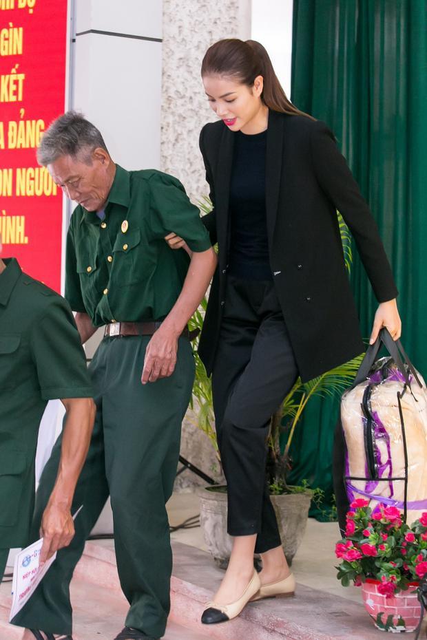 Phạm Hương ân cần dìu một cụ ông bước xuống.
