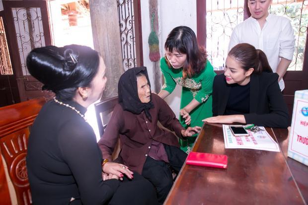 Cùng ngày, người đẹp gốc Hải Phòng tiếp tục đến thăm các gia đình chính sách và trao tận tay họ những phần quà ý nghĩa.
