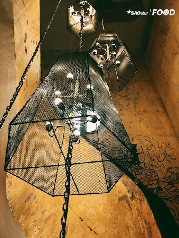Cầu thang lên quán cũng tinh tế với những nét trang trí cổ điển.