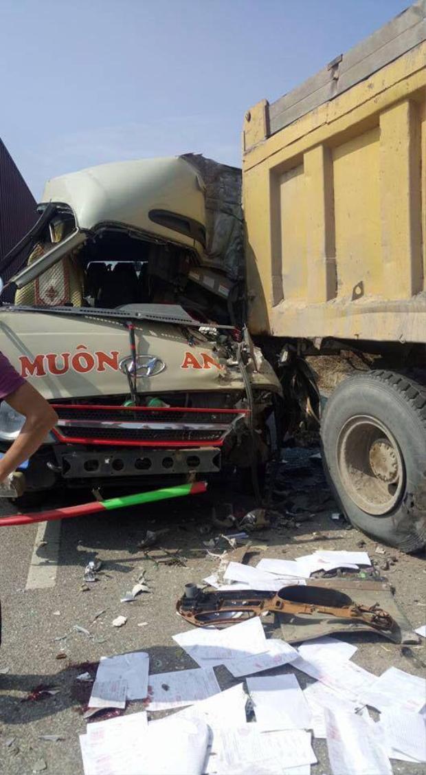 Chiếc xe tải nát bươm sau tai nạn.