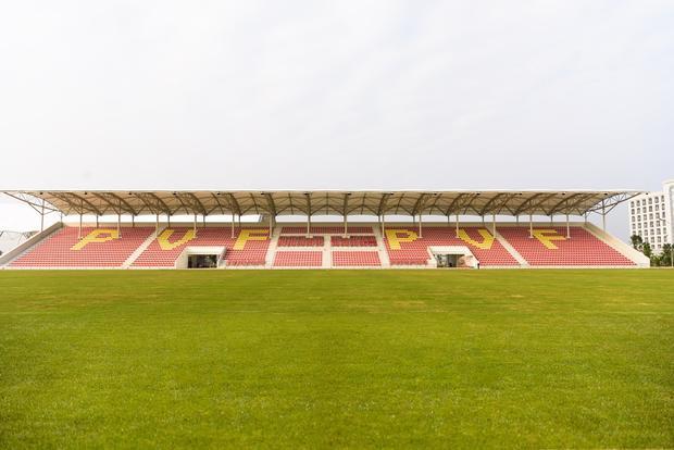 """Trong đó, hệ thống sân gồm 7 sân. Sân thi đấu chính có quy mô 3.600 chỗ được đảm bảo những điều kiện thi đấu tốt nhất các giải đấu lớn và 06 sân tập kích thước tiêu chuẩn 11v11 với mặt cỏ do FIFA Quality Prom chứng nhận. Đây là hệ thống sân """"chất"""" nhất trong khu vực."""