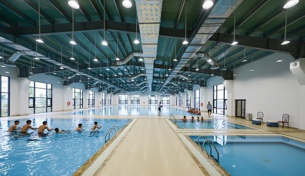 Điểm nhấn quan trọng và khác biệt nhất của PVF so với những học viện đào tạo bóng đá khác là khu tổ hợp khoa học thể thao với nhà gym bóng đá khổng lồ 1600 m2, trang bị 66 đầu thiết bị chuyên dụng; 02 bể trị liệu đối cực, 01 bể vật lý trị liệu dưới nước… tiêu chuẩn bóng đá nhà nghề châu Âu.