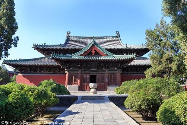 Hộp sứ hài cốt hỏa táng cùng 260 bức tượng được tìm thấy tại chùa Long Hưng tại Kinh Châu, Trung Quốc.