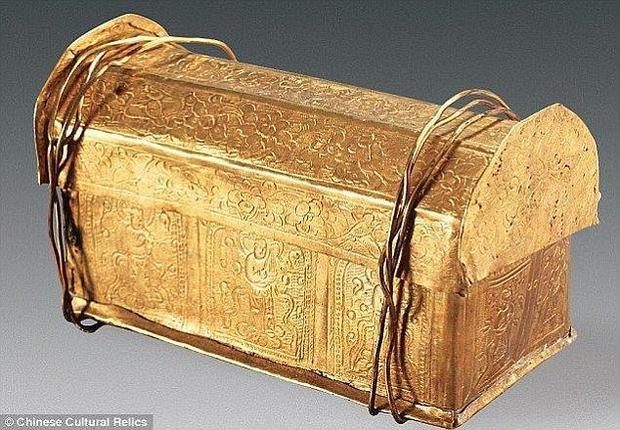 Chiếc quan tài vàng tinh xảo chứa xương sọ Đức Phật.