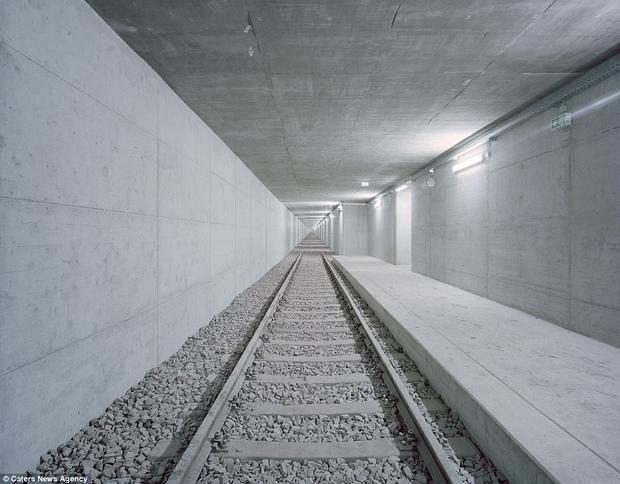 Một ga đường sắt ngầm dẫn đến hư không, nằm ở Schnggersburg, Đức.