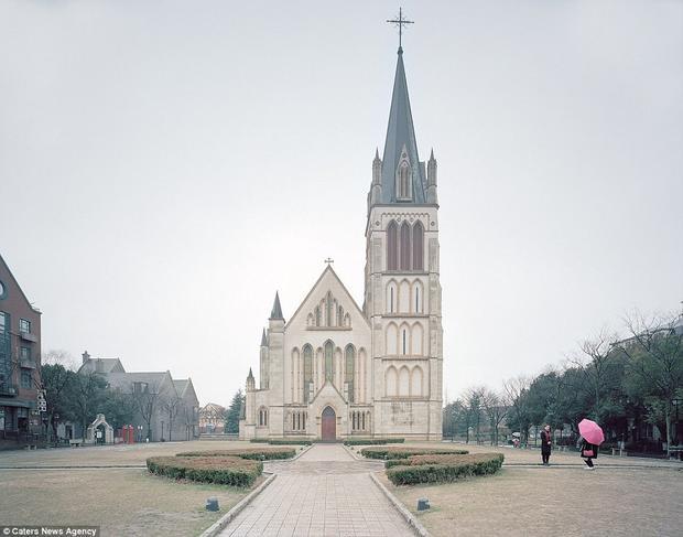 """Đây là khung cảnh nhái thị trấn Thames của Anh trong lòng thành phố Thượng Hải, với các công trình kiến trúc vàđiêu khắc được """"copy"""" lại từ đất nước Anh quốc xa xôi. Thị trấn được thiết kế nhằm giảm tải dân số, nhưng trên thực tế chỉ thu hút khách du lịch tới thăm quan mà thôi."""