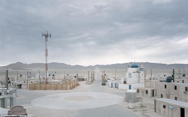 Khung cảnh này gợi nhớ đến một thị trấn yên tĩnh nằm ở đâu đó thuộc Trung Đông, nhưng nó thực sự nằm ở sa mạc Mojave của Mỹ. Thành phố Junction, tại Fort Irwin, là một cơ sở đào tạo quân sự.