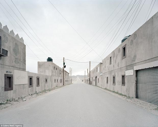 Các đường phố và tòa nhà tại Fort Irwin gần như tái hiện lại một thành phố Trung Đông. Điều này giúp quân đội Mỹ tiến hành huấn luyện theo mô phỏng các chiến dịch quânsự ở Iraq và Syria.