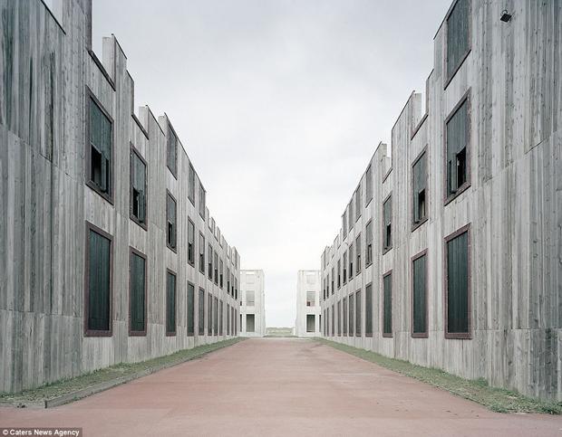 Quân đội Pháp tiến hành huấn luyện chiến tranh đô thị bằng cách sử dụng các tòa nhà này tại cơ sở đào tạo Camp Sissonne, nằm ở phía bắc nước Pháp. Trại được thành lập vào năm 1895 và tiếp tục được sử dụng cho đến ngày nay.