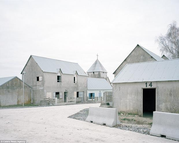 Jeoffrecourt cũng nằm ở Camp de Sissonne và được thiết kế để trông giống như một ngôi làng châu Âu nhỏ, hoàn chỉnh với nhà thờ, nông trại và các tòa nhà bên ngoài.