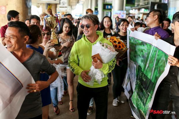"""Nụ cười hạnh phúc của """"Ông hoàng nhạc Việt"""" trước sự yêu thương của khán giả."""