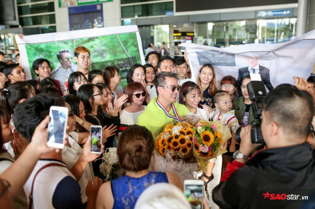 Fan chơi lớn tặng cúp và huy chương mừng Đàm Vĩnh Hưng về nước