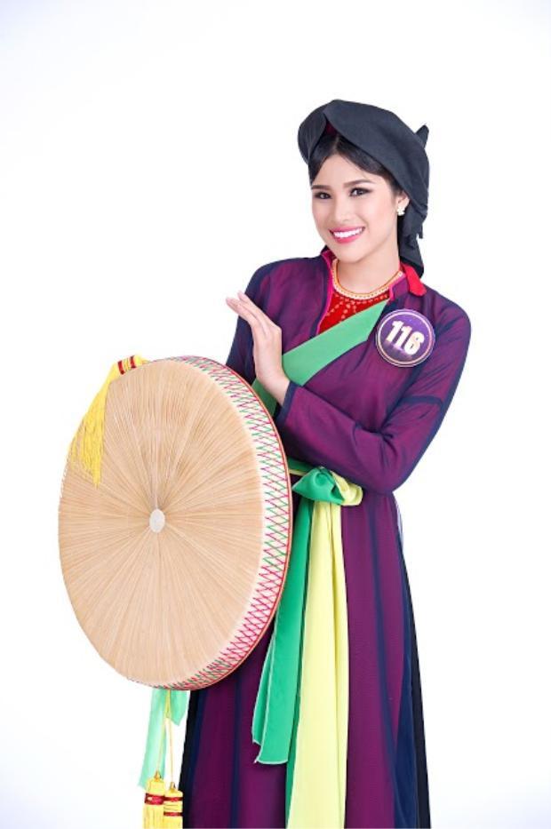 Cùng lựa chọn trang phục cho phần thi năng khiếu, Nguyễn Thị Thành nhận được nhiều lời khen khi diện tà áo tứ thân truyền thống, thể hiện một bài ca quan họ từ làng quê Bắc Ninh của mình.
