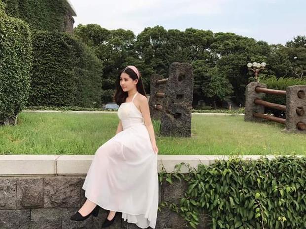 Hiếm khi thấy người đẹp sinh năm 1995 diện những trang phục đơn giản, trẻ trung đúng lứa tuổi, như chiếc váy trắng thanh nhã rất đẹp này.