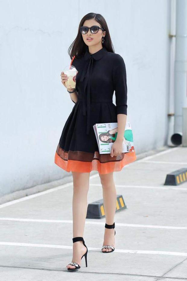 Thanh lịch, sang trọng với váy ngắn kèm cao gót đen, phụ kiện mắt kính tròng ombrey giúp bóng hồng tăng điểm thời trang.