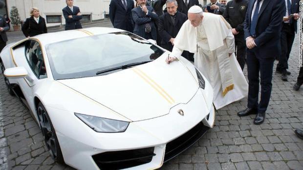 Đức giáo Hoàng Francis đích thân mình kí tên lên chiếc Lamboghini trước khi đem nó đi đấu giá.