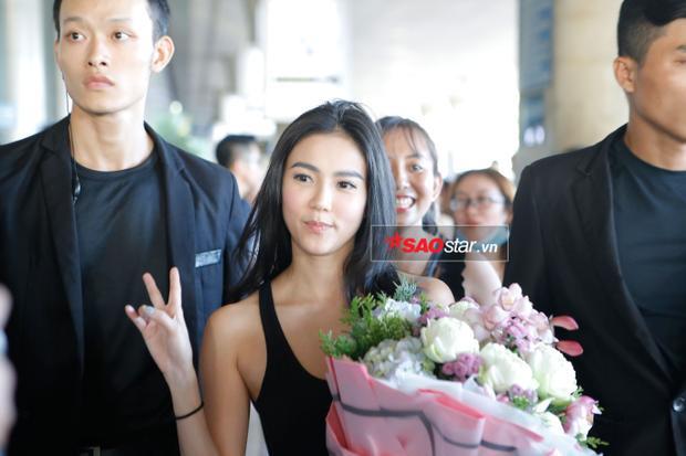 Wanida Termthanaporn được fan tặng hoa, chào mừng đến Việt Nam.