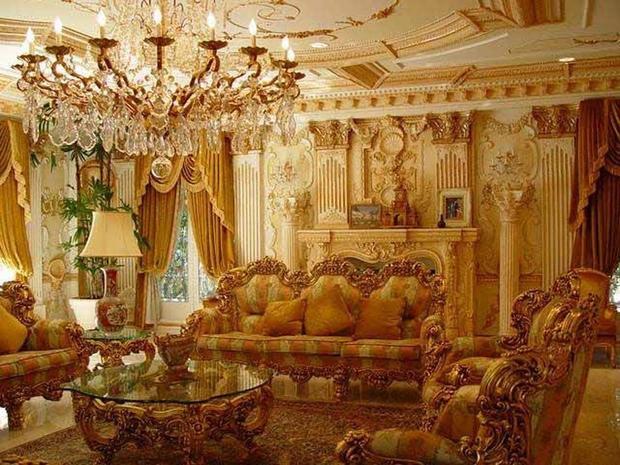 Căn phòng khách sang trọng với những họa tiết tinh tế.