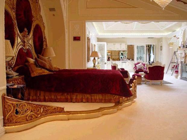 Chỉ cần nhìn phòng ngủ cũng biết chủ nhân của căn biệt thự là người giàu có cỡ nào.