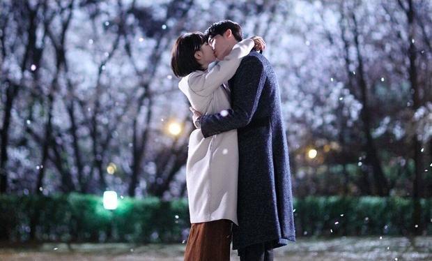 Nụ hôn trong một khung cảnh tuyệt đẹp giữa trời tuyết rơi.