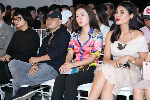 Nữ ca sĩ Phương Linh chăm chú nghe những chia sẻ của e-kip trong buổi họp báo.