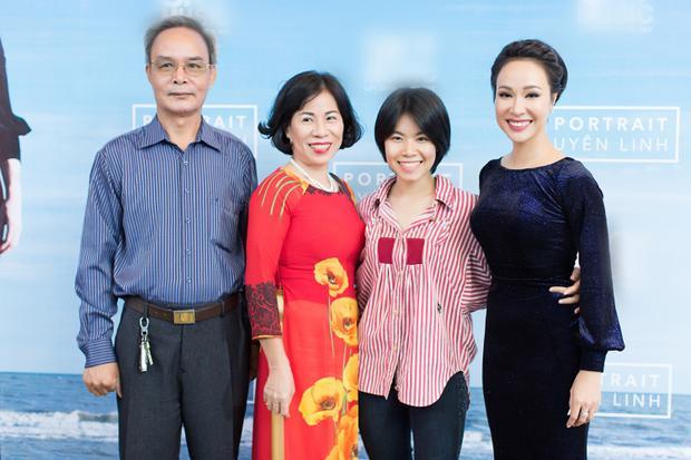 Uyên Linh và gia đình.